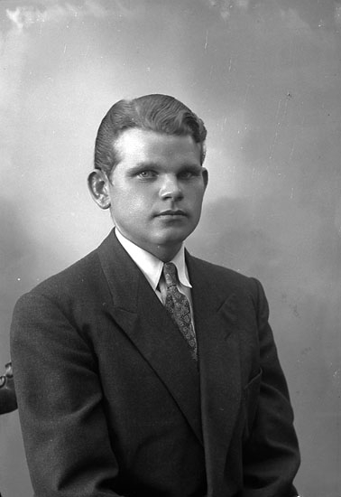 "Enligt fotografens journal nr 7 1944-1950: ""Hogström, Sven Olof Stenungsund""."