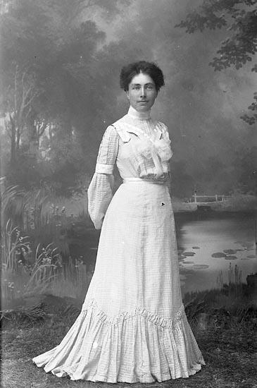 """Enligt fotografens journal nr 1 1904-1908: """"Halldin, Fr. Alma Samskolan Lysekil""""."""