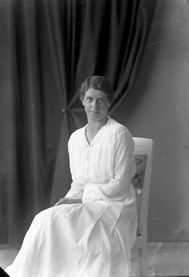 """Enligt fotografens journal nr 3 1916-1917: """"Lundberg, Valborg Fr. Tallbacken Ön""""."""