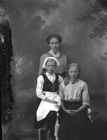 "Enligt fotografens journal Lyckorna 1909-1918: ""Ingermansson, Helga, Hufveröd Ucklum""."