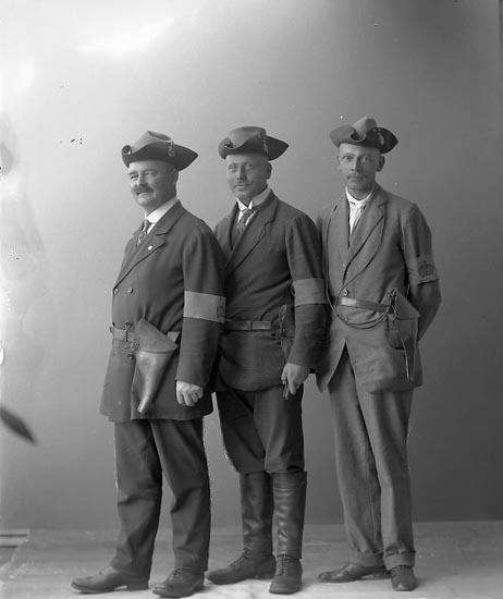 """Enligt fotografens journal nr 2 1909-1915: """"Ehrnst, Kapten Här"""". Enligt fotografens notering: """"Kapten O. Ehrnst, Här. Bruksinspektor Sterner, La. Edet. Kanalinspektor Lind, La Edet""""."""