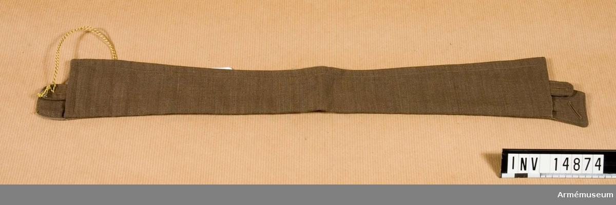 """Grupp C I. Lös krage för skjorta av khakifärgat tyg med foder av khaki-bomullstyg med fyra knapphål och en vit knapp för att knäppa kragen vid skjortan. På kragen finns en firmastämpel: """"15 1/2 Hawkes & Co Ltd. 1. Savile. Row K. 24 The Common Woolwich. S.E.68 High St Camberlev."""". Deposition från Arméförvaltningens Intendenturdepartement, modellkammaren."""