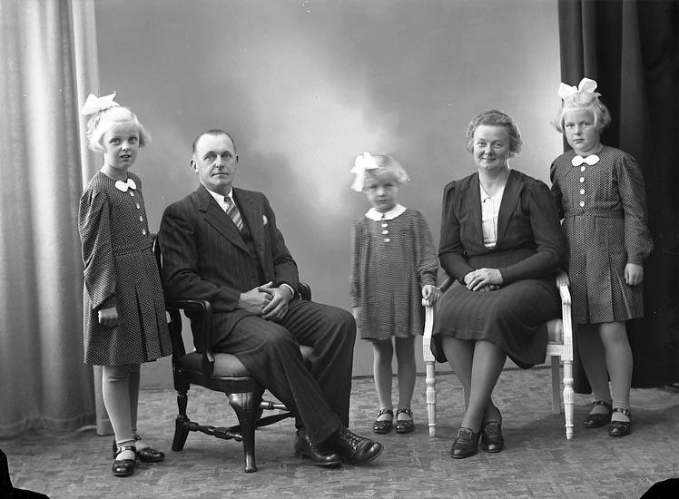 """Enligt fotografens journal nr 6 1930-1943: """"Berntsson, Herr Ernst Ödsmål""""."""