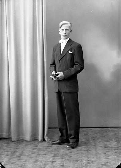 "Enligt fotografens journal nr 8 1951-1957: ""Grolander, Sven Spekeröd""."