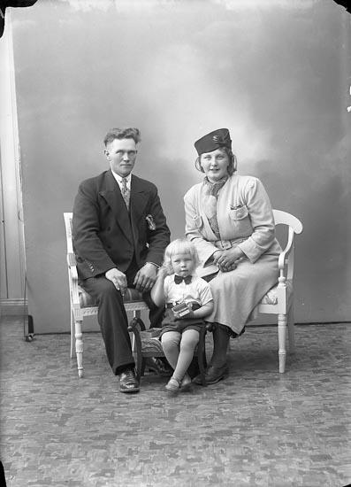 """Enligt fotografens journal nr 6 1930-1943: """"Lindgren, Ivan, Kläpp Ödsmål""""."""