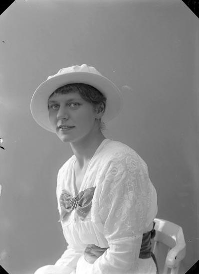 """Enligt fotografens journal nr 2 1909-1915: """"Nydqvist, Fröken Anna Thtn""""."""