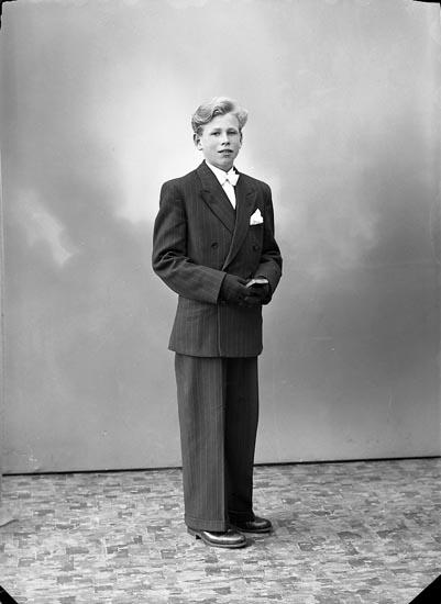 """Enligt fotografens journal nr 7 1944-1950: """"Larsson, Jens Stenungsgård Här""""."""