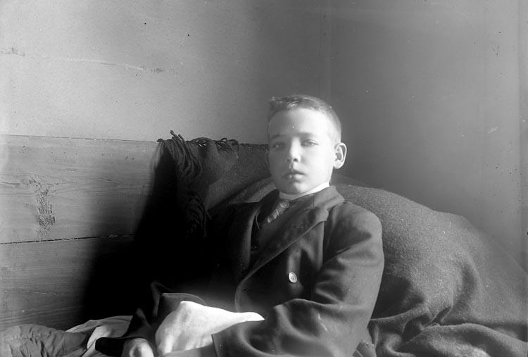 """Enligt fotografens journal Lyckorna 1909-1918: """"Andersson, Olof Ryr, Hammarliden, Resteröd""""."""