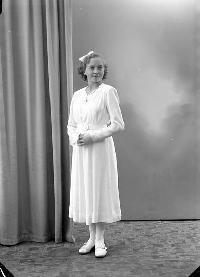 """Enligt fotografens journal nr 7 1944-1950: """"Johansson, Birgit Box 163 St. Höga""""."""