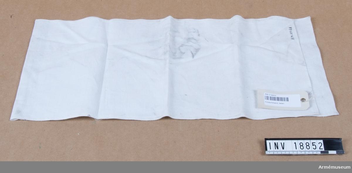 Grupp I II. Binda av vitt bomullstyg.