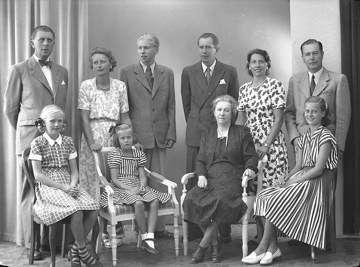 """Enligt fotografens journal nr 7 1944-1950: """"Segerberg, Fru med familj Här""""."""