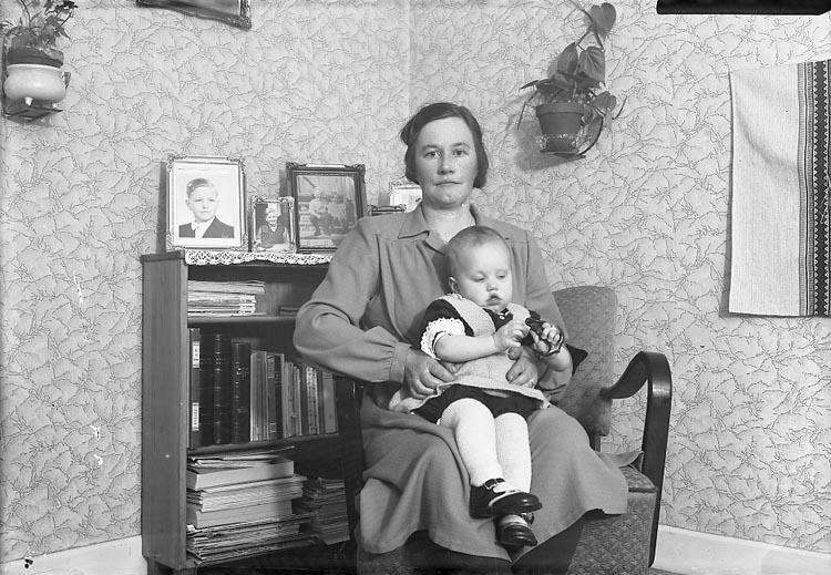 """Enligt fotografens journal nr 7 1944-1950: """"Karlsson, Agda Jörlanda"""". ::"""