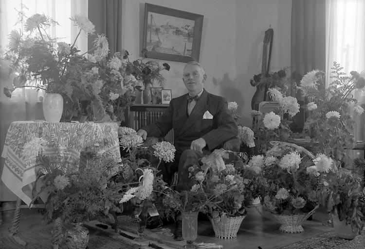 """Enligt fotografens journal nr 8 1951-1957: """"Carlsson, Hilding, Byggm. 50 årsd. Här""""."""