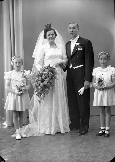 "Enligt fotografens journal nr 8 1951-1957: ""Karlsson, Karl Olof Stenungsund""."
