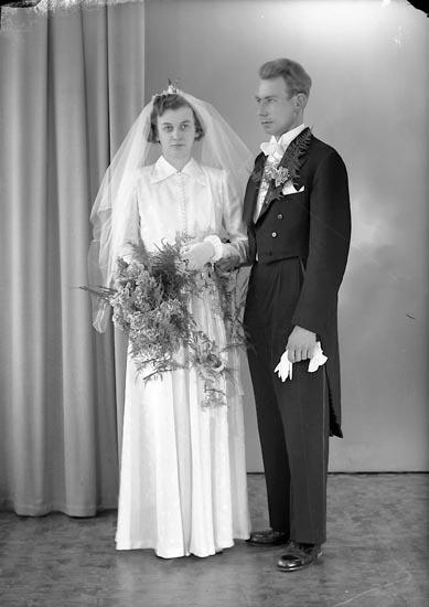 "Enligt fotografens journal nr 8 1951-1957: ""Johansson, Herr Elof, Skogsliden, Ytterby""."