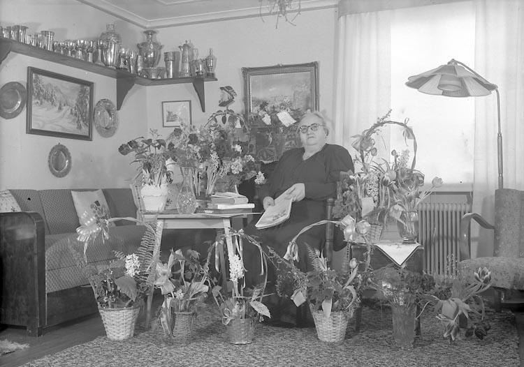"""Enligt fotografens journal nr 8 1951-1957: """"Olsson, Fru Olga Höviksnäs""""."""