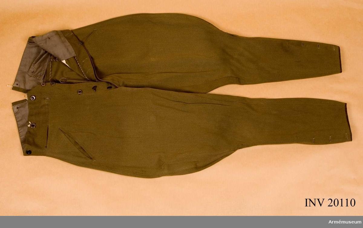 Grupp C I. Buren av givaren under dennes tjänstgöring i Persien. Ur uniform för major i Persien, bestående av vapenrock, ridbyxor, kappa, mössa och sabel. Av kakifärgat kläde, med 2 sneda fickor på framsidan. Foder av gult bomullstyg.