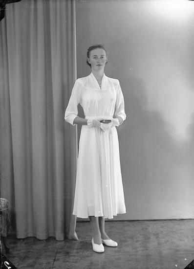 """Enligt fotografens journal nr 8 1951-1957: """"Johansson, Inger Råhagen Stillingsön""""."""