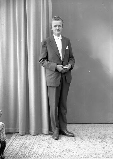 """Enligt fotografens journal nr 8 1951-1957: """"Olsson, Jan Olof Evenås Stenungsund""""."""