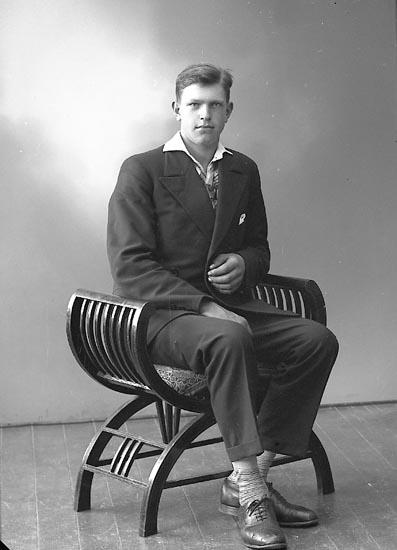 """Enligt fotografens journal nr 6 1930-1943: """"Karlsson, Arne, Habborsby, Höviksnäs""""."""