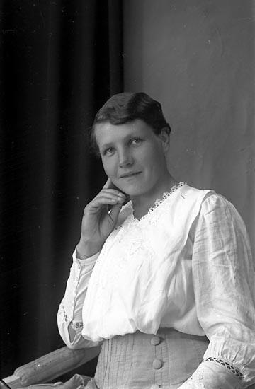 """Enligt fotografens journal Lyckorna 1909-1918: """"Fru Olga Hermansson Ljungskile""""."""