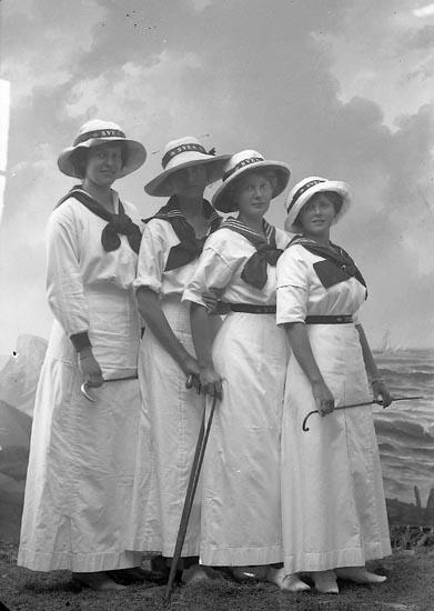 "Enligt fotografens journal nr 2 1909-1915: ""v. Post, Fr. Elsa Ön""."