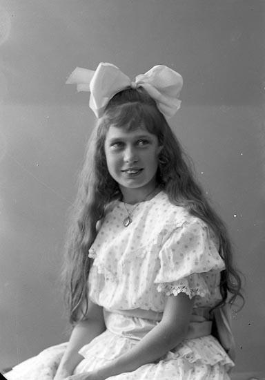 """Enligt fotografens journal nr 4 1918-1922: """"Ringe, Gunvor Göta""""."""