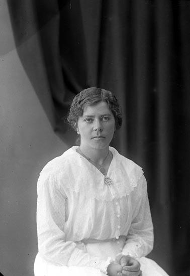 """Enligt fotografens journal nr 4 1918-1922: """"Olsson, Berta Varekilsnäs, Varekil""""."""
