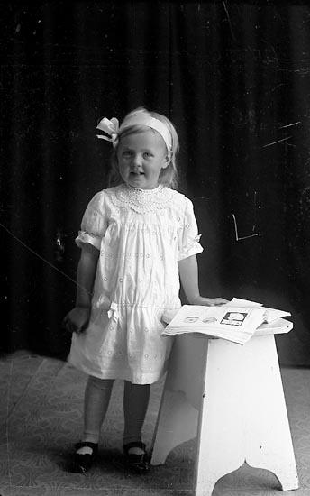 """Enligt fotografens journal Lyckorna 1909-1918: """"Berndtsson, Ragnhild Gunneröd, Ljungskile""""."""