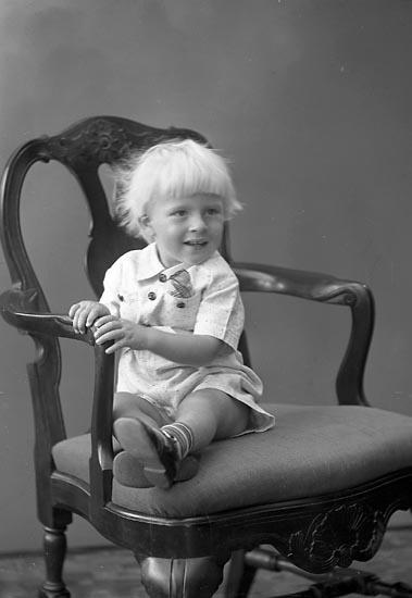 """Enligt fotografens journal nr 6 1930-1943: """"Hedin, Bengt Stenungsund""""."""