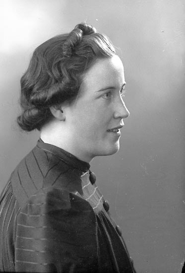 """Enligt fotograrens journal nr 6 1930-1943: """"Johansson, Elsa Solgården Här""""."""
