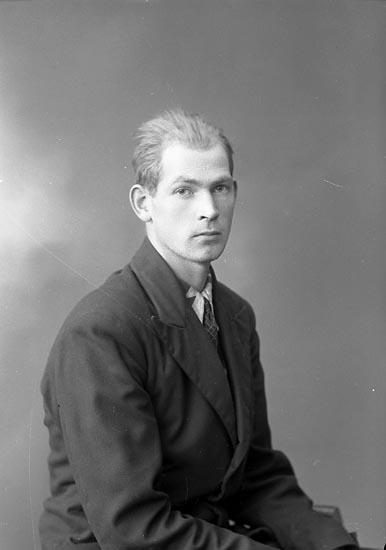 """Enligt fotografens journal nr 6 1930-1943: """"Sjöholm, Sven Sköldunga, Ucklum""""."""