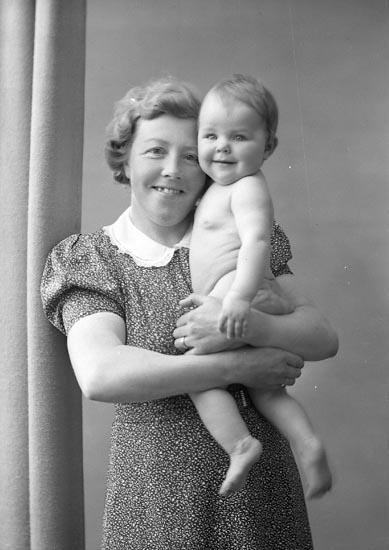 """Enligt fotografens journal nr 6 1930-1943: """"Berntsson, Herr Erik med familj Här"""". Enligt fotografens notering: """"Fru B. med flickan Herr Erik Bengtsson Stenungsund""""."""