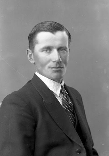 """Enligt fotografens journal nr 6 1930-1943: """"Johansson, Herr Sven G. Högenorum""""."""