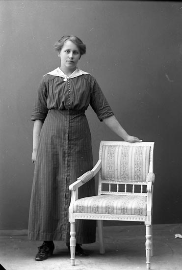 "Enligt fotografens journal nr 2 1909-1915: ""Nikander, Hildur, Bageriet, Här""."