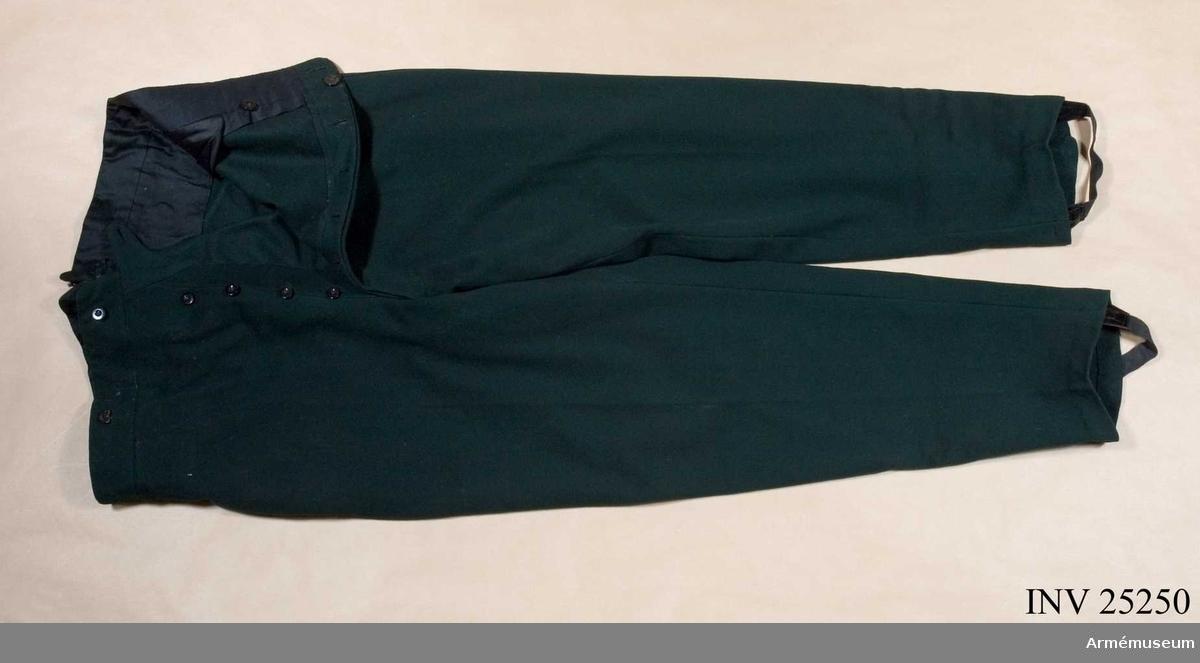 Samhörande nr är 25249-51, jacka, byxa, hatt. Grupp C I. Generalorder 18/4 1859. UTST  på figur med attrapphandskar, sabel och portepé AM 25252, skärp AM 24932, lackskor AM 25260 och ett sabelkoppel utan uppgift om från vilken uniform detta är lånat.