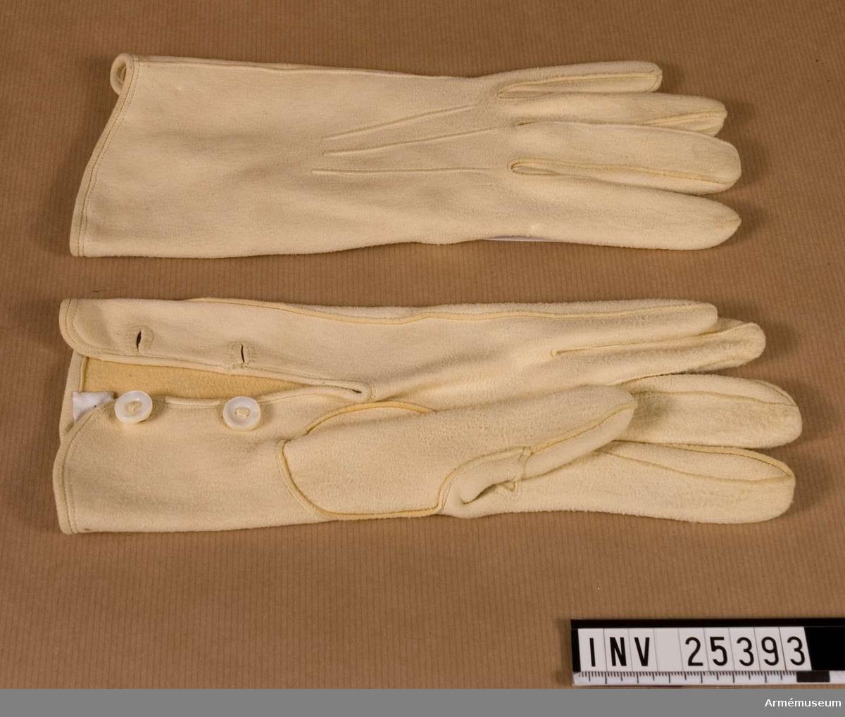 Grupp C I. Handskar. Ett par vita. Ur uniform för general vid Värmlands regemente. Består av vapenrock, epåletter, axelklaffar, långbyxor, mössa, vapenplåt, pompong, plym, känga, sporrar, skjorta, handskar.