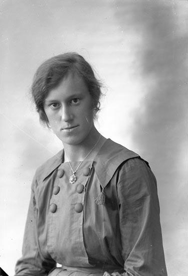 "Enligt fotografens journal nr 4 1918-1922: ""Andersson, Karin Ö. Berg Ödsmål""."