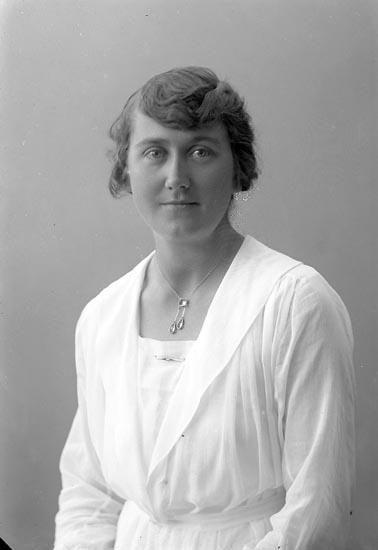 """Enligt fotografens journal nr 4 1918-1922: """"Olofsson, Fr. A. Solhöjden Här""""."""