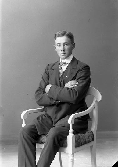 """Enligt fotografens journal nr 2 1909-1915: """"Berntsson, Birger Åh, Ödsmål""""."""