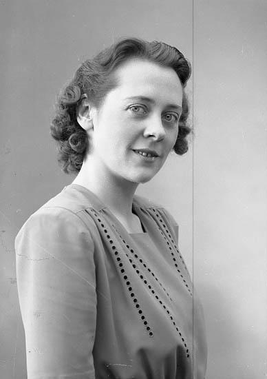 """Enligt fotografens journal nr 7 1944-1950: """" Bergermo, Fr. Birgit Berg Ödsmål""""."""