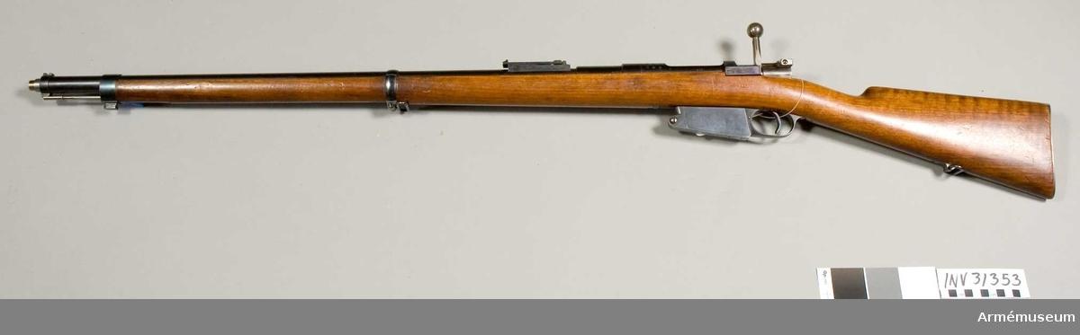 Magasinsgevär av Mausers system för infanteriet. För knivbajonett. Samhörande dolkbajonett med balja.