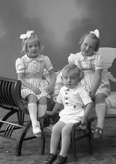 """Enligt fotografens journal nr 6 1930-1943: """"Johansson, Herr Hartvig Komperöd Ucklum""""."""