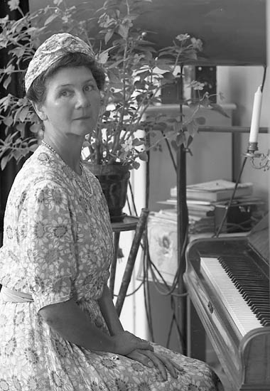 "Enligt fotografens journal nr 6 1930-1943: ""Arrhenius, Fru Tora (Hotell Svecia Stkhlm) Stenungsund""."