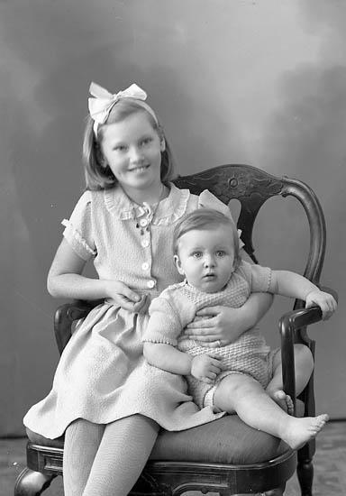 """Enligt fotografens journal nr 7 1944-1950: """"Johansson, Birgitta o Clas Bertil, Doteröd Stenungsund""""."""