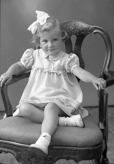 """Enligt fotografens journal nr 8 1951-1957: """"Berntsson, Ingela Stora Askerön""""."""