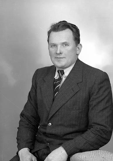 """Enligt fotografens journal nr 8 1951-1957: """"Eliasson, Anneberg, Stillingsön"""". Enligt fotografens notering: """"Herr Hans Eliasson, Anneberg Stillingsön""""."""