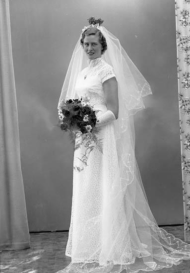 "Enligt fotografens journal nr 8 1951-1957: ""Samuelsson, Bruden""."