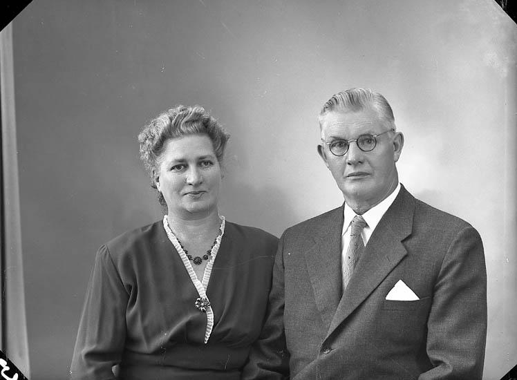 """Enligt fotografens journal nr 8 1951-1957: """"Johansson, Herr Oskar Stigsro Stenungsund""""."""