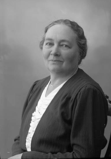 """Enligt fotografens journal nr 7 1944-1950: """"Karlsson, Fru Emma Här""""."""